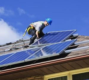 installation d'un panneau solaire sur le toit d'une maison