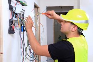 Electricien posant système électrique.