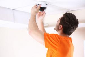 Installation d'une caméra de surveillance par un professionnel